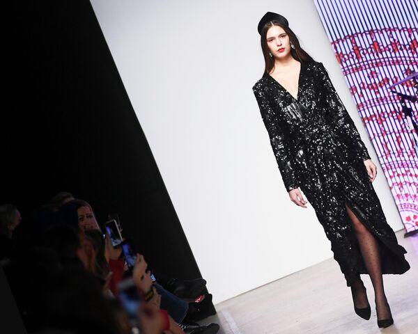 Модель демонстрирует одежду из новой коллекции дизайнера Оксаны Федоровой