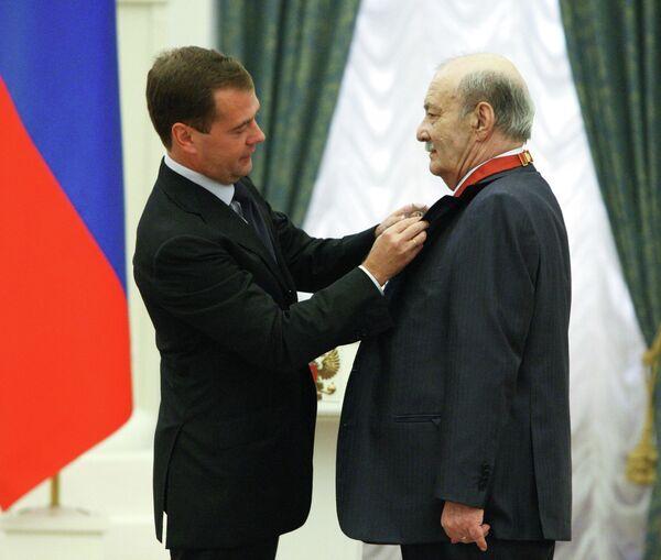 Президент России Дмитрий Медведев наградил орденом За заслуги перед Отечеством второй степени кинорежиссера Георгия Данелия