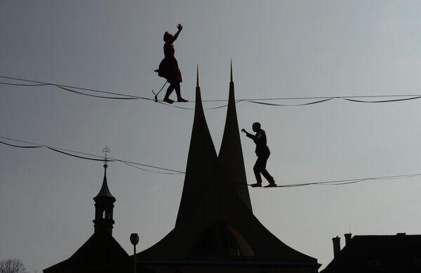 Канатоходцы перед Эммаусским монастырем в Праге