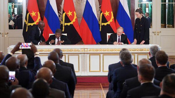 Президент РФ Владимир Путин и президент Анголы Жоау Лоуренсу на церемонии подписания совместных документов