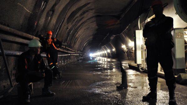 Рабочие во время ремонта тоннеля