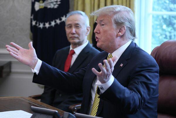 Президент США Дональд Трамп во время встречи с вице-премьером Китая Лю Хэ в Вашингтоне. 4 апреля 2019