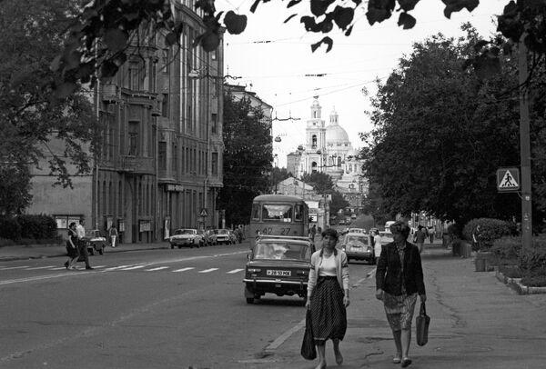 Улица Басманная в Москве. На заднем плане Богоявленский кафедральный собор в Елохове
