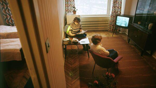 Женщины смотрят телевизор