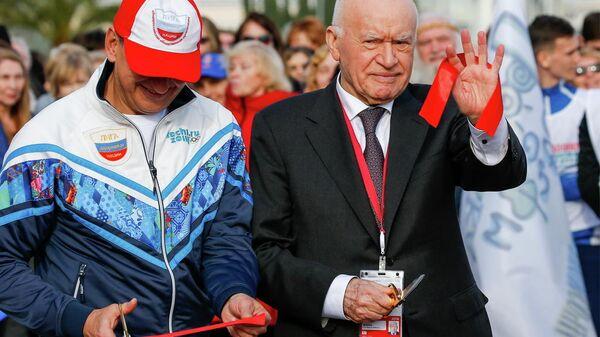 Президент Лиги здоровья нации, академик Лео Бокерия (справа) дает старт акции 10 000 шагов к жизни
