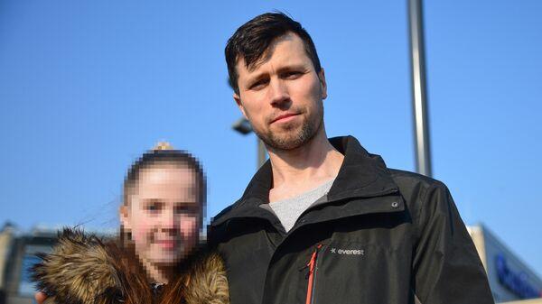 Россиянин Денис Лисов с дочерью Софией в Варшаве. 5 апреля 2019