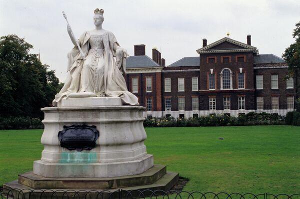 Памятник королеве Виктории на фоне Кенсингтонского дворца в Лондоне, где родилась будущая королева Александрина Виктория, названная в честь матери и крестного отца, русского императора Александра I