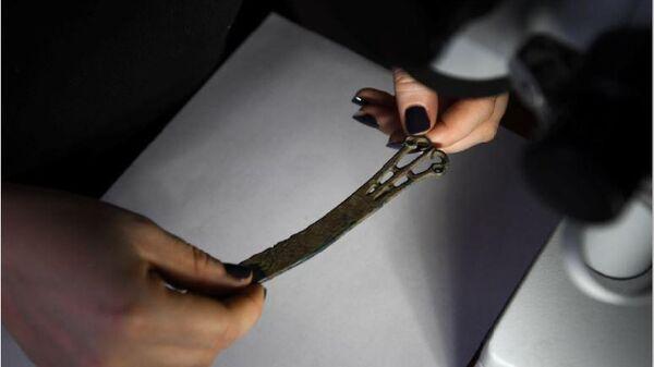 Ажурная рукоять ножа хуннского времени (1 век н.э.) обнаруженная в енисейской тайге селище Шилка-13 в Казачинском районе Красноярского края