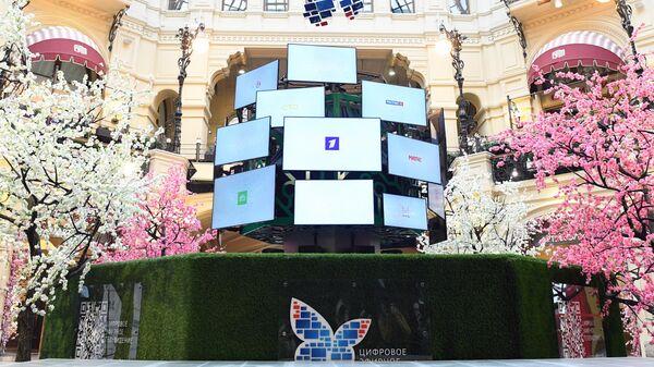 Арт-объект Цифровое теледерево в ГУМе в Москве