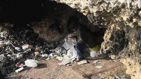 В светлое время суток Анатолии? Геращенко читал книги у входа в пещеру