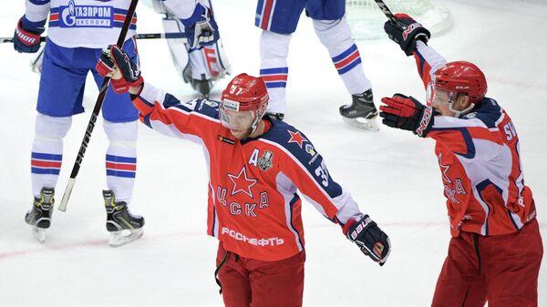 Хоккеисты ЦСКА Мэт Робинсон и Андрей Светлаков радуются заброшенной шайбе