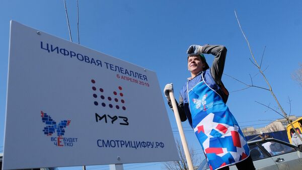 Волонтер высаживает деревья на Цифровой телеаллеи в Ставрополе. 6 апреля 2019