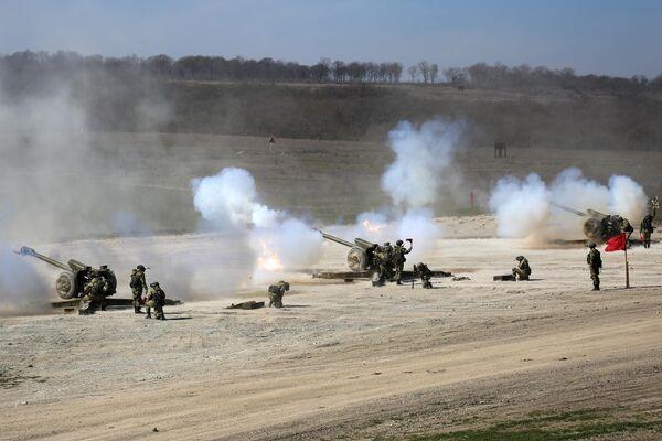 Залпы из 122-мм гаубиц Д30 во время открытия международного конкурса полевой выучки среди воинских подразделений ВДВ Десантный взвод