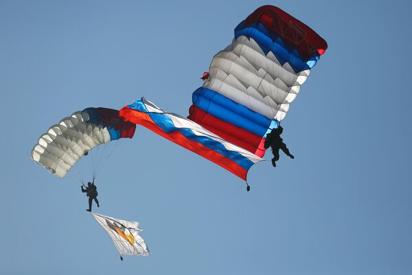 Десантники приземляются на парашютах во время открытия международного конкурса полевой выучки среди воинских подразделений ВДВ Десантный взвод