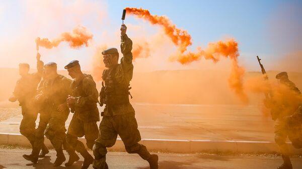 Военнослужащие во время открытия международного конкурса полевой выучки среди воинских подразделений ВДВ Десантный взвод