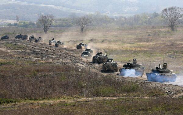 Колонна боевой техники во время открытия международного конкурса полевой выучки среди воинских подразделений ВДВ Десантный взвод