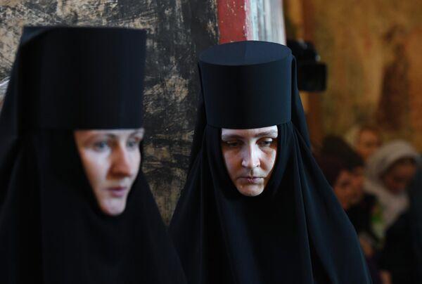Монахини во время Божественной литургии в праздник Благовещения Пресвятой Богородицы в Благовещенском соборе Московского Кремля