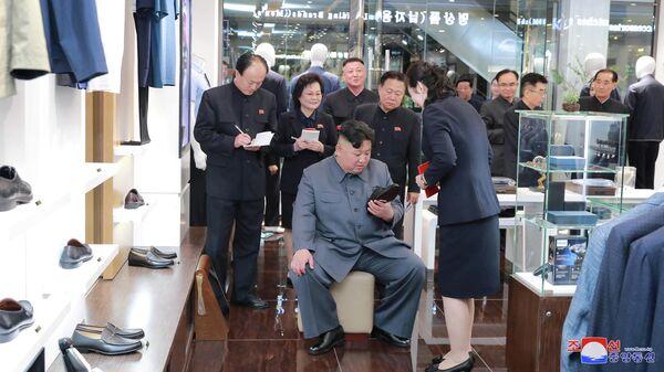Лидер КНДР Ким Чен Ын в универмаге Тэсон. 8 апреля 2019