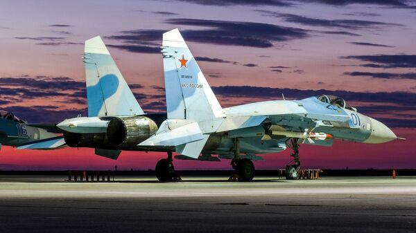 Истребитель Су-27 на закате в дни летно-тактического учения в Астраханской области