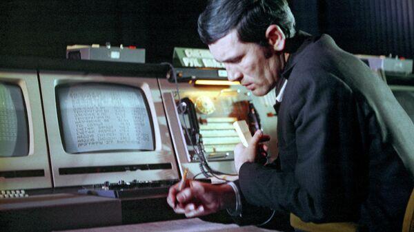 Заместитель руководителя полетом пилoтиpyeмыx космических кораблей Coюз и opбитaльныx cтaнций Caлют, Mиp Виктор Благов