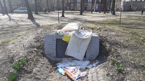 Мусор у памятника воинам Украинской повстанческой армии* в Харькове. 8 апреля 2019
