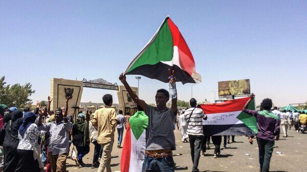 Митинг перед зданием генштаба в столице Судана Хартуме. 8 апреля 2019