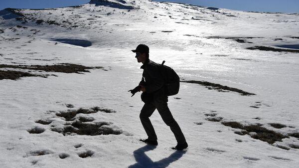 Турист на склоне горы Чатыр-Даг в Крыму. Архивное фото
