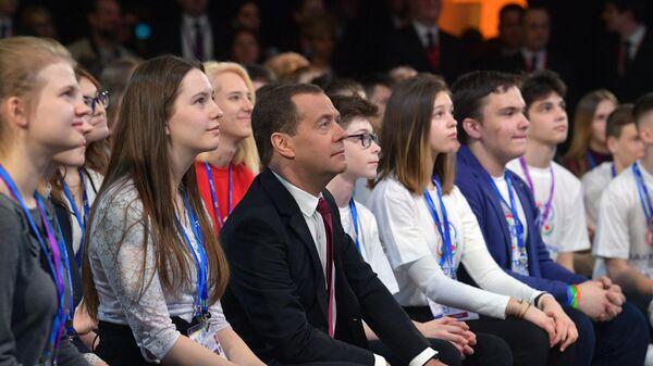 Председатель правительства РФ Дмитрий Медведев во время Всероссийского открытого урока ПроеКТОриЯ