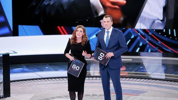 Телеведущие Ольга Скабеева и Евгений Попов в студии программы 60 минут