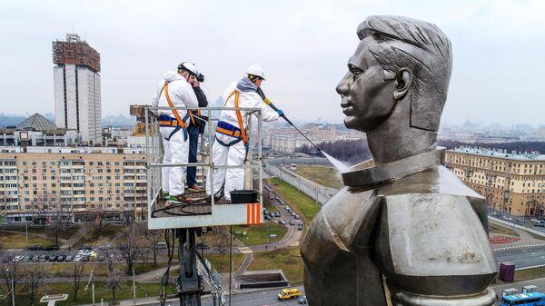 Работники коммунальных служб моют памятник космонавту Юрию Гагарину на Ленинском проспекте в Москве