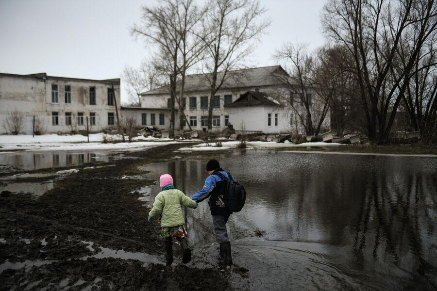 Дети идут в школу в деревне Аполлоновка
