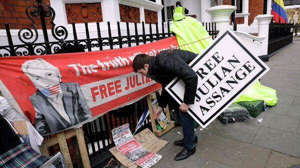 Акция протеста у здания посольства Эквадора в Лондоне, Великобритания. 11 апреля 2019