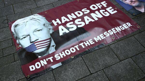 Плакаты в поддержку арестованного основателя WikiLeaks Джулиана Ассанжа на тротуаре перед Вестминстерским магистратским судом в Лондоне. 11 апреля 2019