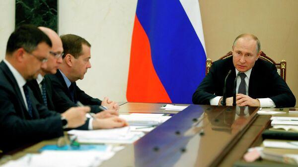 Президент России Владимир Путин и председатель правительства Дмитрий Медведев во время совещания с членами правительства. 11 апреля 2019