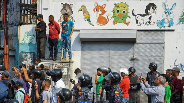 Жители Каракаса во время встречи с лидером оппозиции Хуаном Гуаидо, провозгласившим себя временным президентом Венесуэлы