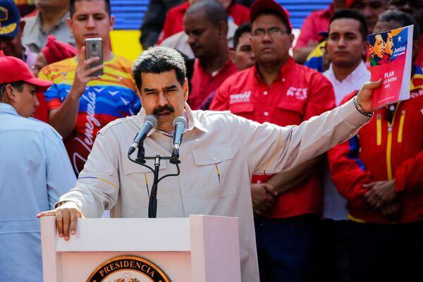 Президент Венесуэлы Николас Мадуро выступает в Каракасе на акции своих сторонников