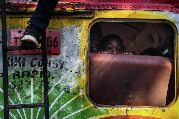 Мальчики в автобусе в Порт-о-Пренсе, Гаити