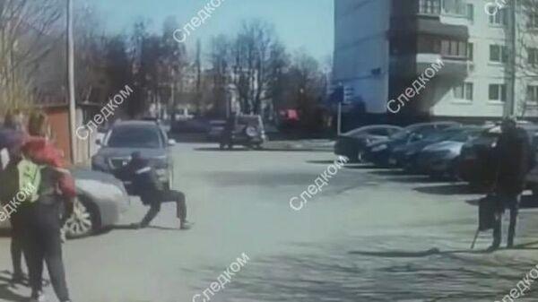 Водитель автомобиля Тойота  протащил на капоте сотрудника полиции вблизи жилого дома по улице Генерала Белова в городе Москве. 11 апреля 2019