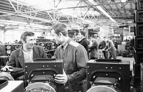 Коммунистический субботник, состоявшийся 20 апреля 1974 года на предприятиях города. Сборочный цех Московского электромеханического завода имени Владимира Ильича
