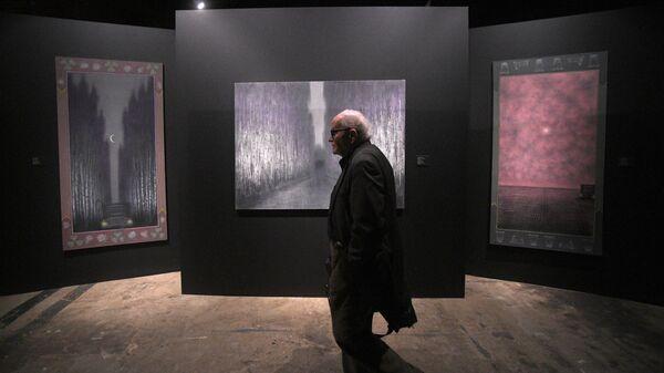 Посетитель выставки Неон художника Александра Якута в Музее Москвы.
