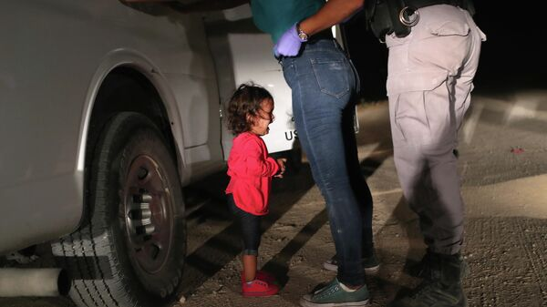 Американский пограничник обыскивает Сандру Санчес из Гондураса на глазах у ее дочери. 12 июня 2018