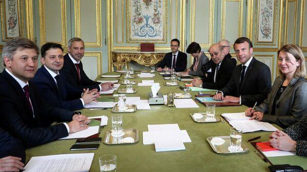Кандидат в президенты Украины Владимир Зеленский во время встречи с президентом Франции Эммануэлем Макроном в Елисейском дворце в Париже. 12 апреля 2019