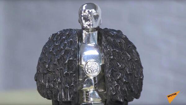 Скриншот видео репортажа про статуэтку Оскар, изготовленный в Якутске для создателей Игры престолов