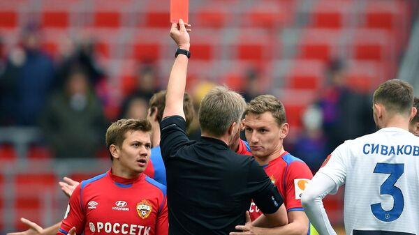 Главный судья Сергей Лапочкин показывает красную карточку игроку ПФК ЦСКА Марио Фернандесу