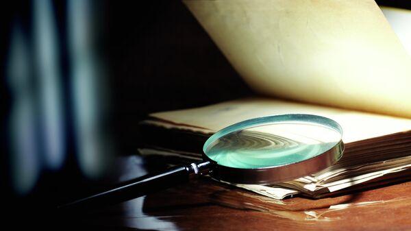 Старая книга и стеклянная лупа