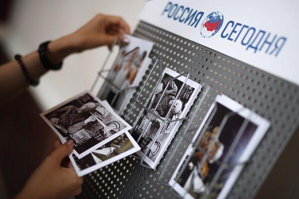 Открытки в руках посетителя Центра Космонавтика и авиация в павильоне Космос на ВДНХ