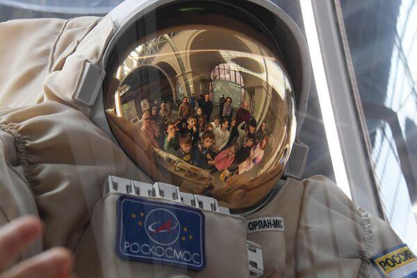 Космический скафандр Орлан представлен в павильоне Космос на ВДНХ в рамках мероприятий, посвященных Дню космонавтики