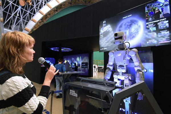 Посетительница павильона Космос на ВДНХ во время мероприятий, посвященных Дню космонавтики