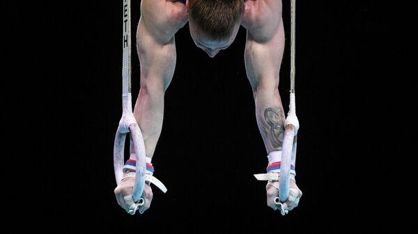Денис Аблязин во время выполнения упражнений на кольцах
