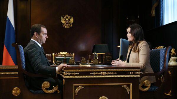 Председатель правительства РФ Дмитрий Медведев и генеральный директор Агентства стратегических инициатив по продвижению новых проектов Светлана Чупшева во время встречи. 16 апреля 2019